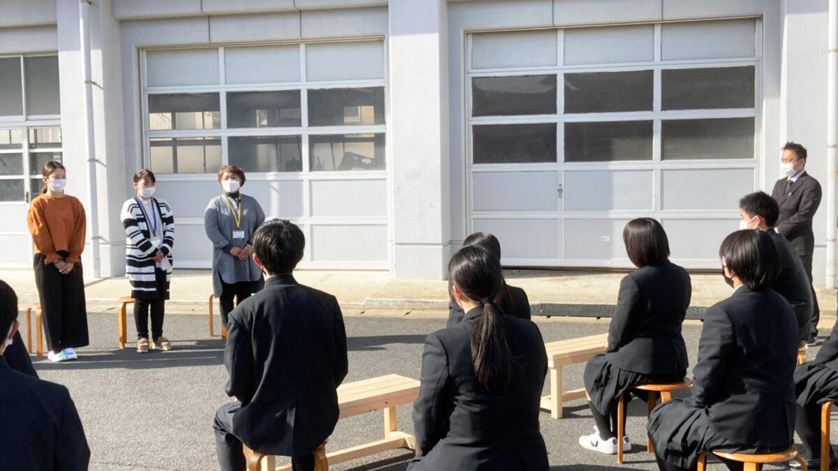 唐津工業生徒作品の椅子の寄贈式